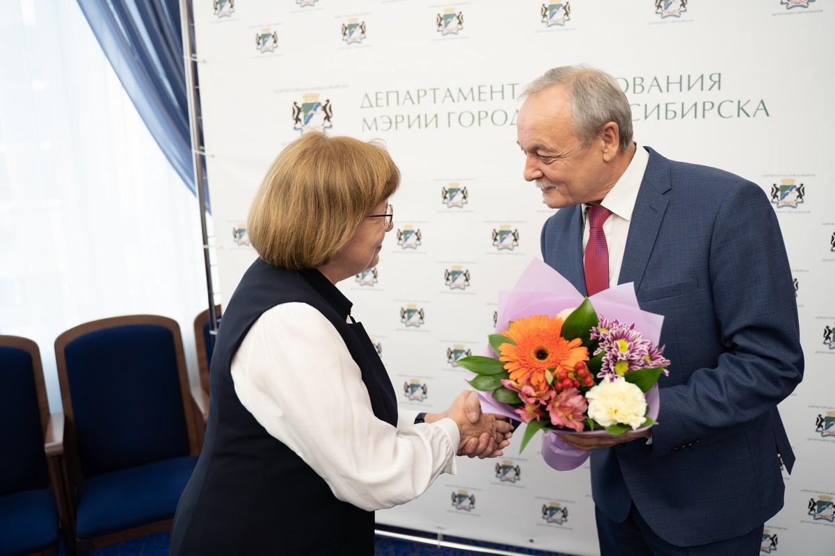 4 октября в большом зале мэрии города Новосибирска прошла торжественная церемония, посвященная Международному дню учителя.